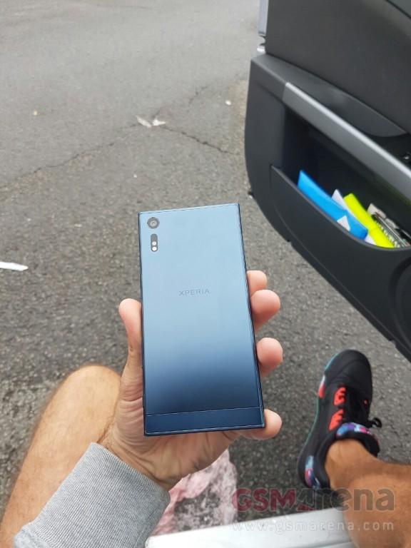 Sony Xperia F8331 2